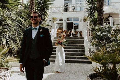 Découverte des tenues des mariés, premier regard, organisation et décoration de mariage par My Daydream Wedding, thème tropical chic
