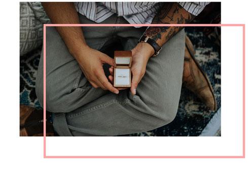 Photo d'un homme assis avec une boîte ouverte contenant une bague, représentant la demande en mariage, organisée par My Daydream Wedding, organisatrice de mariage à Lille et dans le Nord