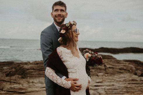 Photo de couple sur la plage, décoration d'un mariage par My Daydream Wedding, thème magique nordique