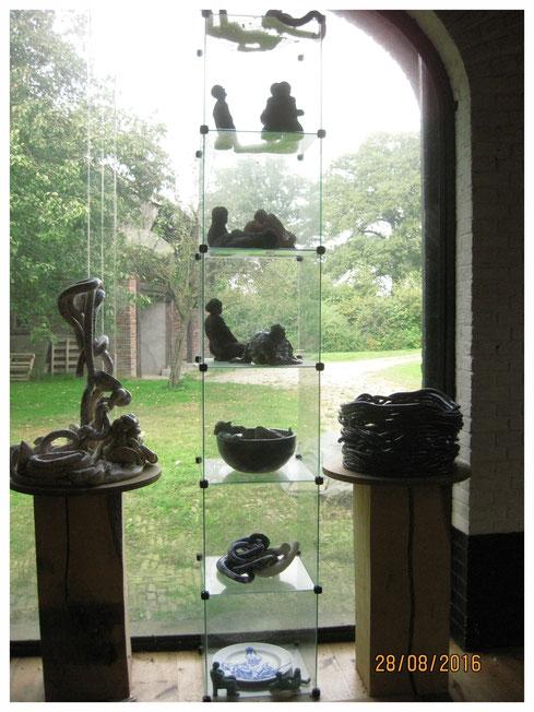 vitrinekasten met beelden en beelden op sokkels