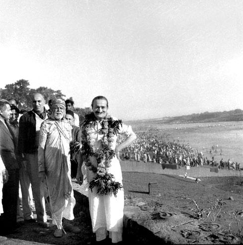 7th November 1954 : Meher Baba at the Chandrabhaga River in Pandharpur early morning, wth ( front L-R ) Meherjee, Sarosh, Saint Gadge Maharaj & Gustadji behind Baba. Photo taken by B. Panday.