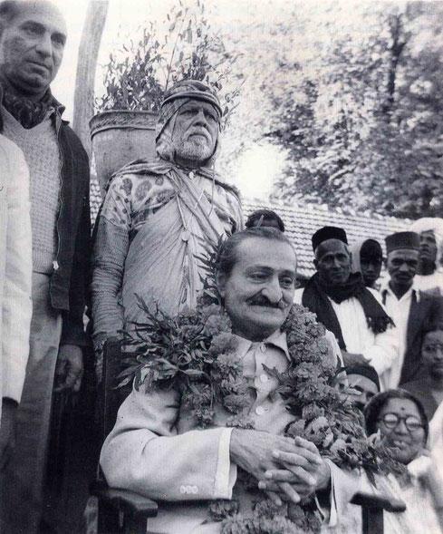 6th November 1954 : Meher Baba at Gadge Maharaj's dharamshala in Pandharpur wth ( left of Baba ) Sarosh Irani, Saint Gadge Maharaj & Sadashiv Patel ( with scarf ) right of Baba. Photo taken by B. Panday. Courtesy of Lord Meher ; 1st Ed. Vol.13-14, p.4570.