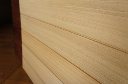 無垢材でありフシがないアガチスの羽目板。洋室には特におすすめです。