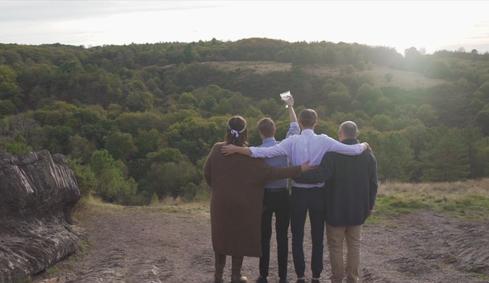 Moment entre les mariés et leurs fils, organisation et décoration d'une balade filmée à l'occasion des 20 ans de mariage, par My Daydream Wedding, dans la forêt de Brocéliande