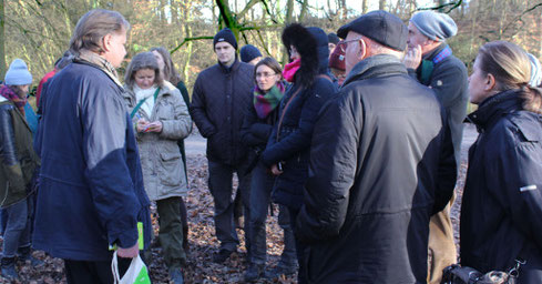 Gebannt folgten die Exkursionsteilnehmer den Ausführungen von Jörg Frenz (links)