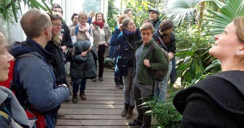 Emilia May (rechts) erklärt den Besuchern der AG Botanik die Lebensbedingungen tropischer Pflanzen im Urwald