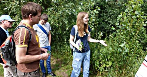 Clara Mattner (rechts) stellte die Pflanzenarten am Kinderbach in Kinderhaus vor