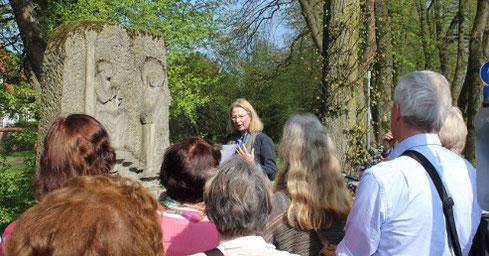 Dr. Elisabeth Hemfort erläuterte an ausgewählten Beispielen die Bildsprache des Bildhauers Heinrich Georg Bücker