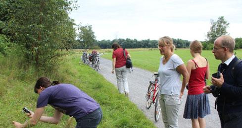 Mitglieder der AG Botanik bei der Exkursion auf den Standortübungsplatz Handorf-Ost