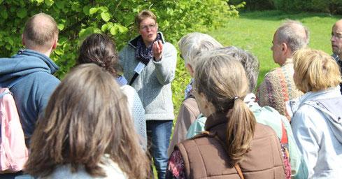 Britta Ladner bei der anschaulichen Vorstellung eines Haselstrauches