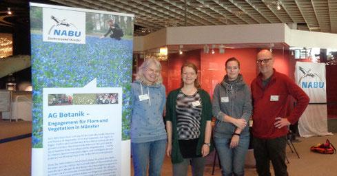 Das NABU-Team beim LWL-Familienfest (von links): Dr. Heide Heising, Emilia May, Mira Eggers und Dr. Thomas Hövelmann; später kamen noch Anna Freude-Waltermann und Christiane Recke dazu (Foto: Joachim Teetz)