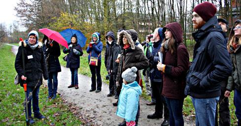 Britta Ladner (links) führte die Exkursionsteilnehmer in Mecklenbeck in die Welt der winterlichen Gehölze ein (Foto: Sophia Närmann)