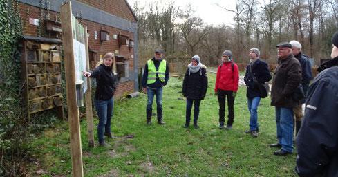 Anuschka Tecker (links) von der NABU-Naturschutzstation Münsterland erläutert auf Haus Heidhorn einleitend den Wald-Klima-Lehrpfad (Foto: Laura Schiebel)