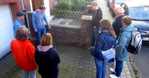 Bei einem Spaziergang um den Block stellten die Teilnehmer - hier Jens Schaper - einzelne Pflanzenarten vor. Foto: Ann-Kathrin Will