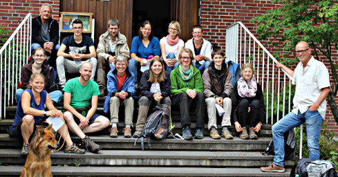 Die Teilnehmer des Münsterländer PlantRace 2017 wurden von Dr. Thomas Hövelmann (rechts) auf Haus Heidhorn begrüßt (Foto: Jutta Luig-Beilmann)