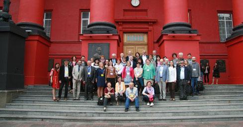 Die Teilnehmer der Planta Europa-Konferenz aus mehr als 20 Ländern vor dem Hauptgebäude der Universität Kiew (Foto: Yuliya Krasylenko)
