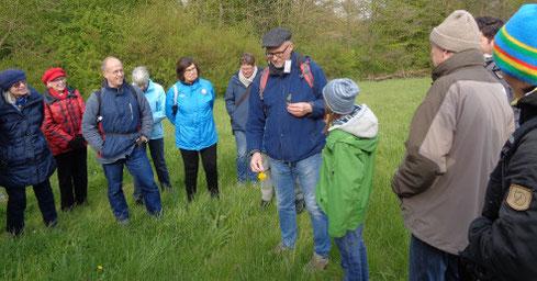 Malin beim Fachsimpeln über heimische Wildpflanzen mit Dr. Thomas Hövelmann (Foto: Dr. Martin Franz)