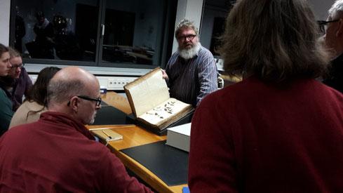 Reinhard Feldmann präsentierte der AG Botanik historische Werke der Handschriftensammlung (Foto: Claudia Rüther)