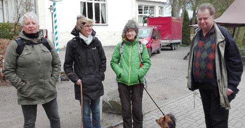 Jörg Frenz empfing die Exkursionsteilnehmer - und ihre Hunde - an der Pleister Mühle (Bild: Britta Ladner)
