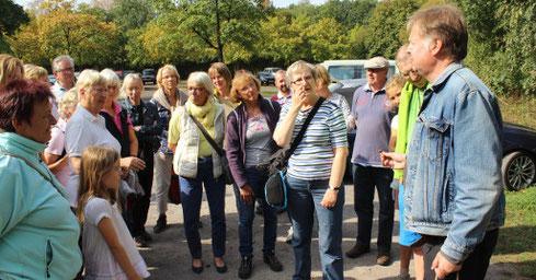 Jörg Frenz (rechts) begrüßt die Teilnehmer der Pilzexkursion in die Hohe Ward; Bild: Thomas Hövelmann