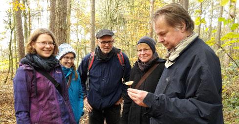 Jörg Frenz erklärt die Pilze in der Hohen Ward (Foto: Claudia Rüther)