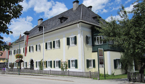 Die Festspiele finden im wunderschönen Innenhof von Schloss Neuwildenstein im Herzen Bad Goiserns statt.