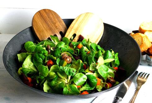 winterlicher Feldsalat mit Wurzelgemüse und Esskastanien, dazu Knoblauchbrot