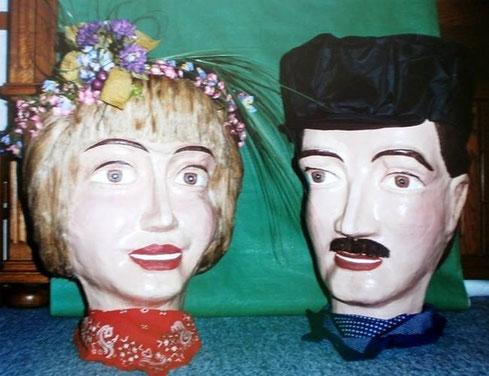 s têtes de Zante et Rinette juste avant qu'elles ne soient posées sur les géants pour aller les marier lors de la Ducasse de Maffle 1995