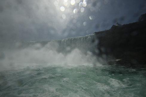 """Blick von der Fähre """"Maids of the Mist"""" auf die Horseshoe Falls"""
