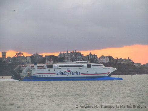 Normandie Express quittant Saint-Malo en destination de Cherbourg-en-Cotentin après la Route du Rhum de 2014.