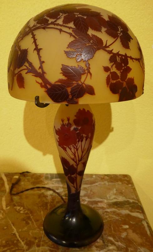 lampe Gallé, Emile Gallé, verre gravé à l'acide, camée, décor de clématites, Gallé, Daum, verrerie 1900, art nouveau, Jugendstyl,  Majorelle vitrine