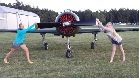 Die ersten Fans sind schon an der Jak 52 mit der Kennung SP-YDG stationiert in Roitzschjora bei Wega-Air