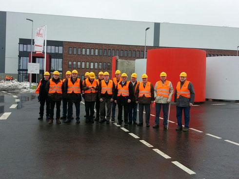 """Die Ehrenmitglieder der Feuerwehr Osterrönfeld bei der Firma """"Max Bögl""""                 Foto: Feuerwehr Osterrönfeld"""