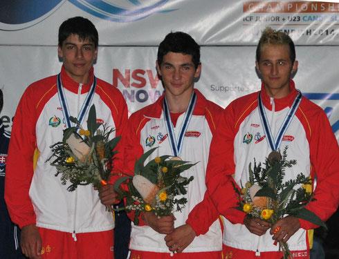 Jesús Cid en el centro de la imagen en el podio con el bronce y sus compañeros del equipo.