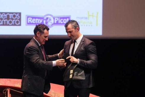 Emilio Merchán, recibiendo un reconocimiento en la pasada gala nacional, de manos del Presidente de la RFEP.