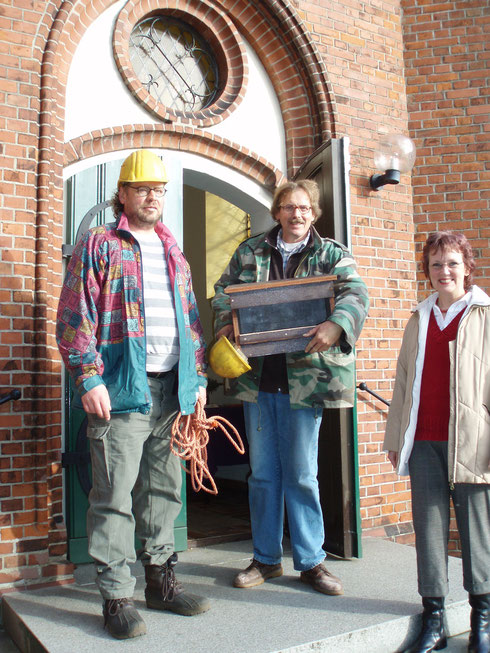 Eine Turmfalkennisthilfe soll im Turm der Stiftskirche in Elmshorn angebracht werden - Okt. 2007