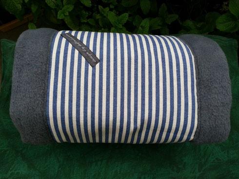 blau/weiß und innen grauer Fleece (Dekostoff: Toile de jouy)