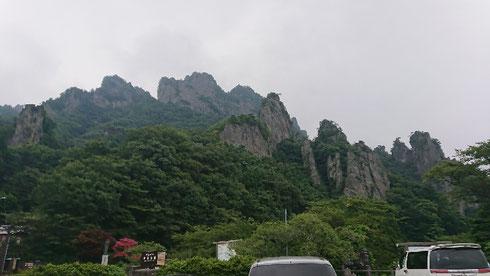 目の前に迫力満点の岩山