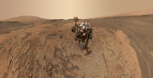 Cooles Selfie (Jan. 2015) der Curiosity am Mount Sharp (4.000m), der links hinten zu sehen ist (NASA/JPL-Caltech/MSSS)