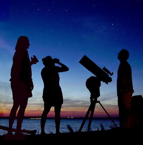 Amateurastronomen bei der Himmelsbeobachtung (wikipedia, Halfblue)