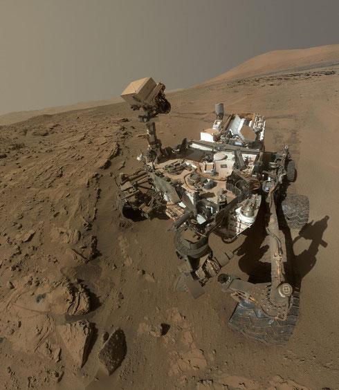 Selfie der Curiosity auf der Marsoberfläche zum Marsjahr-Jahrestag am 24. Juni 2014. Ein Marsjahr sind 687 Erdtage. (Credit: Mars Curiosity Rover (NASA/JPL) via Wikimedia Commons)