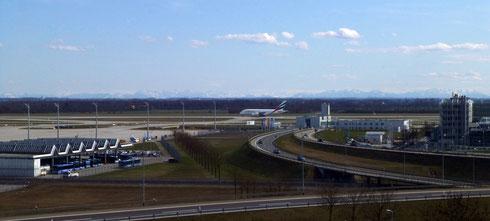 Besucherhügel am Flughafen (mit Airbus A380) - im Hintergrund die Alpenkette, bitte klicken um zu vergrößern