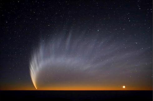Komet McNaught über dem Pazifik, aufgenommen durch das ESO Paranal Observatorium (Credit: S. Deiries/ESO))