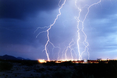 """Lightning over Las Cruces, New Mexico"" von U.S. Air Force photo by Edward Aspera Jr. (wikipedia, gemeinfrei)"