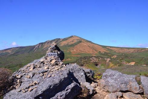 東栗駒山 背後の栗駒山には右側の尾根を迂回する