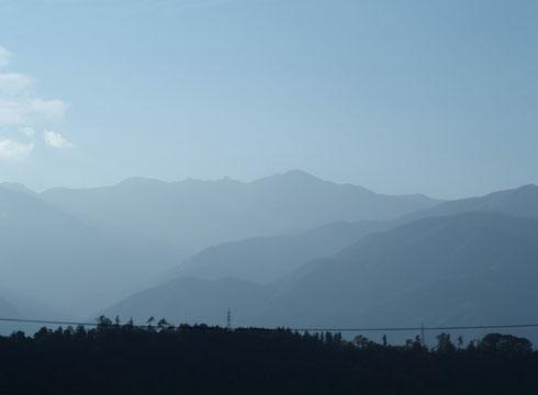 秋葉街道・分杭峠手前から駒ケ根に下ったところで           木曽駒かな・・・そして宝剣も
