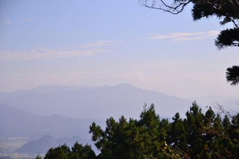 白山・・・剣ヶ岳の先のおぼろに見えます