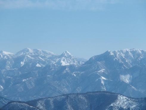 冠山:烏帽子が際立つ。左に能郷白山、右に金草山です