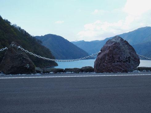 徳山ダム(徳山湖)堰堤から冠山(三角ピラミット)を望む          冠山はこの堰堤からしか望めないようです