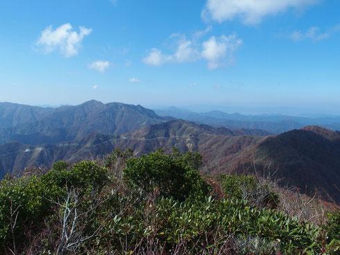 冠山山頂から                                冠峠(駐車場)とその左に金草岳、そしてその右奥が日野山です